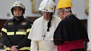"""Camerino, il Papa a colazione dalle famiglie nelle 'casette' post terremoto: """"Prego perché nessuno si scordi di voi"""" foto video"""