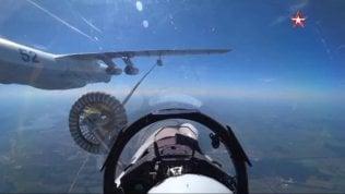 Il jet militare fa rifornimento in volo: aggancio al millimetro