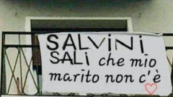 """Salvini e il caso dello striscione che lo invita a salire a casa: """"Mio marito non c'è"""". Ma è un fotomontaggio"""