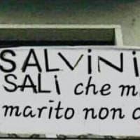 """Salvini e il caso dello striscione che lo invita a salire a casa: """"Mio marito non c'è""""...."""