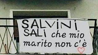 Salvini e il caso dello striscione che lo invita a salire a casa: Mio marito non c'è. Ma è un fotomontaggio