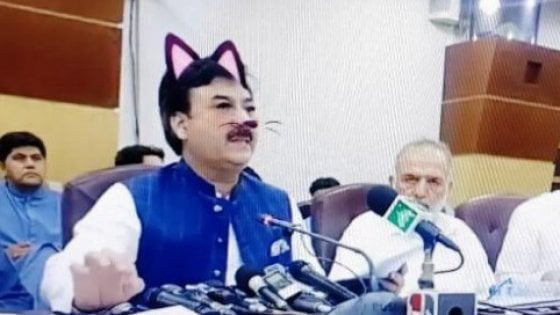 Attiva il filtro 'gatto' in diretta: in Pakistan la più strana conferenza stampa di sempre