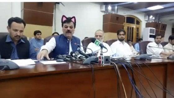 Il ministro pakistano con le orecchie da gatto. Si rischia con i filtri facciali se si è in diretta Facebook