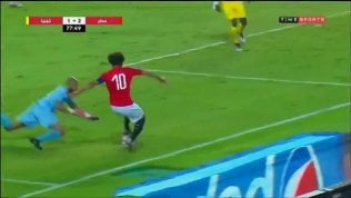 Magia di Salah sulla fascia: portiere beffato con una finta