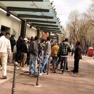 Stranieri in coda alla mensa dei frati di San Francesco, a Milano