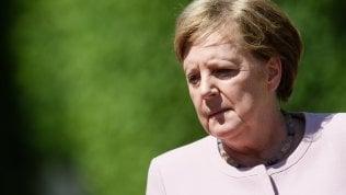 """Video Merkel colta da tremore mentre riceve il presidente ucraino. Poi rassicura: """"Sto bene"""""""