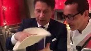 Conte da Sorbillo, si prepara la pizza col metodo 'dello schiaffo'