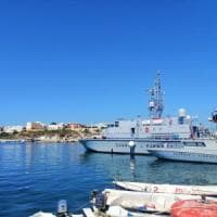 Migranti, sbarco-beffa a Lampedusa. In 45 approdano sull'isola mentre restano fuori da...