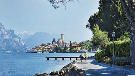Quell'Italia in riva al lago: cene a lume di candela e grandi tavole