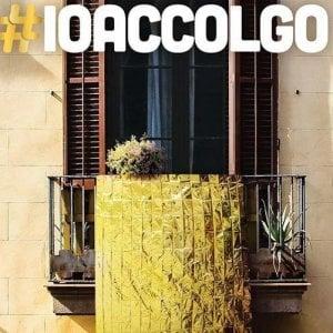 """La campagna di #Ioaccolgo: """"Appendete ai balconi una coperta termica"""""""