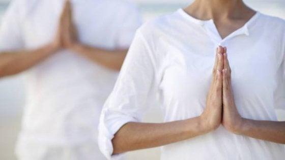 Yoga, una passione per 2,5 milioni di italiani. Meditazione collettiva a Milano