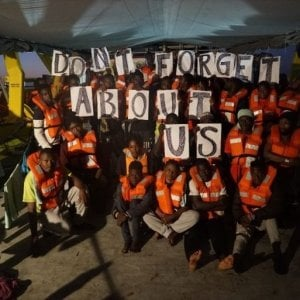 Migranti |  nave madre lascia barchino a 25 miglia da Lampedusa e scappa  Tre gommoni alla