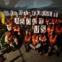 Migranti, nave madre lascia barchino a 25 miglia da Lampedusa e scappa. Tre gommoni alla...