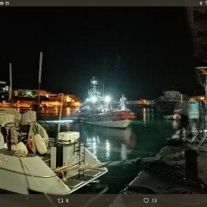 """Migranti, 121 entrano in porto a Lampedusa con barchini e """"nave madre"""". Conte chiama l'Olanda per la Sea Watch"""