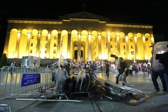 Georgia, manifestanti tentano di entrare in Parlamento. Scontri e arresti, 240 feriti