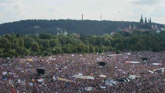 """In migliaia in piazza a Praga contro il premier Babis: """"Vogliamo libertà e democrazia"""""""
