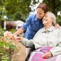 Estate, i rischi per la salute degli anziani e come difendersi