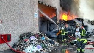 Frosinone, rischio nube tossica dopo rogo in ditta rifiuti speciali