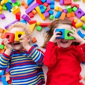 Ciucci, giochi, vestitini. Con gli acquisti online per i bebè, risparmi per oltre 900 euro