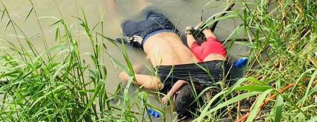 Padre e figlia di due anni annegano nel Rio Grande. La foto indigna l'America