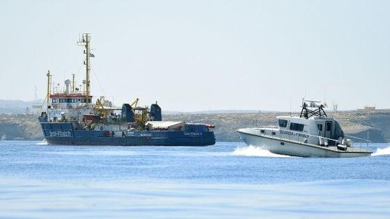 Sea-Watch 3 è davanti al porto dopo aver ignorato l'alt della Finanza. Ora la capitana Carola rischia 15 anni di carcere