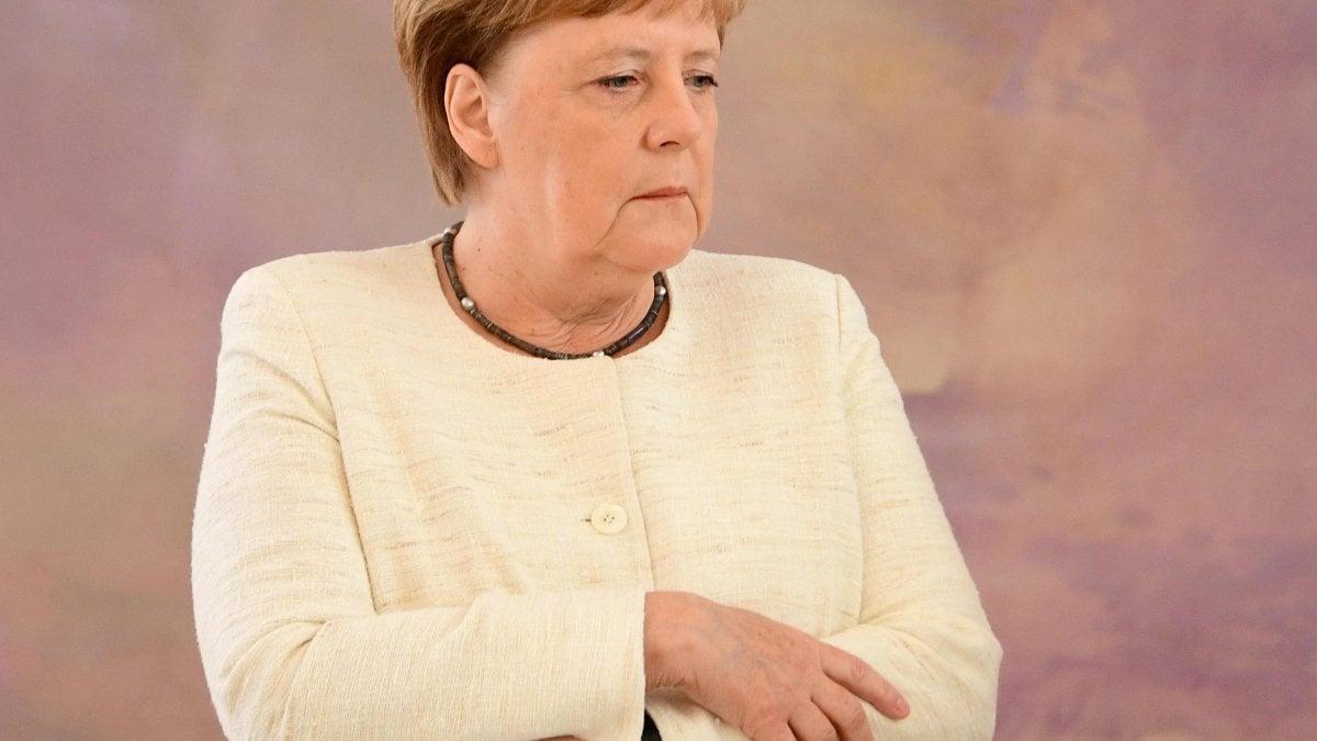 """Nuovo tremore per Angela Merkel: """"Niente paura, è solo la ..."""