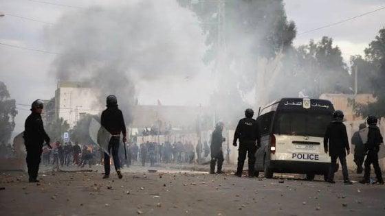 Tunisi, due attentati nella capitale. Morto un poliziotto, diversi feriti