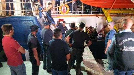 La Sea Watch attracca al porto di Lampedusa. La capitana arrestata dai finanzieri. I migranti sbarcati all'alba