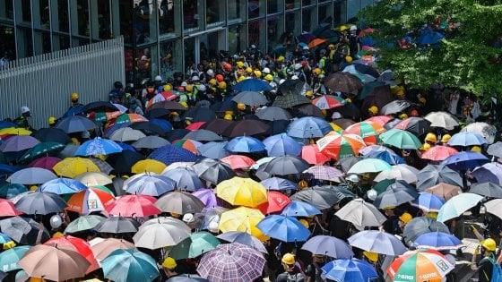 Hong Kong, proteste nell'anniversario del ritorno alla Cina. Irruzione in Parlamento: la polizia carica i manifestanti