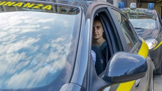 "Sea-Watch, Carola Rackete è libera: ""Commossa"". Gip annulla l'arresto: ""Agì per portare in salvo i migranti"". L'ira di Salvini"