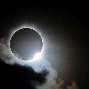 Oggi l'eclissi solare nell'altra metà del mondo: come osservare il 'Sole nero'