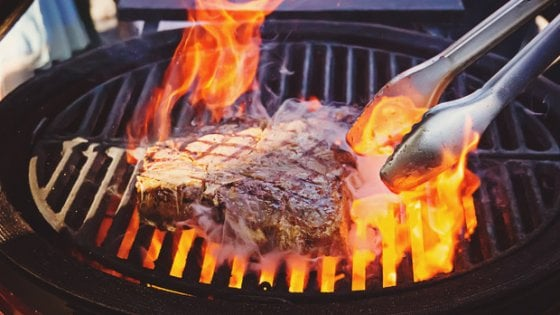 Barbecue: come arrostire la carne senza rischi per la salute