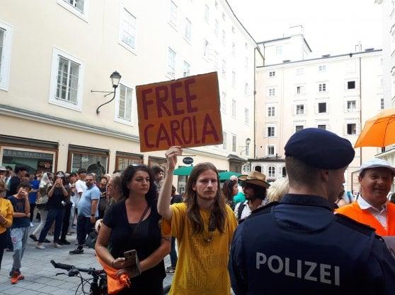 """Salisburgo, manifestanti chiedono a Mattarella libertà per la capitana: """"Persone come Carola fanno l'Europa"""""""