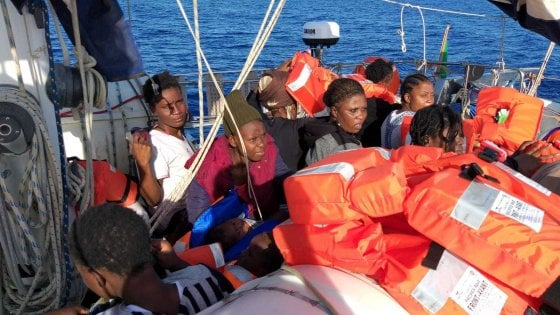 """Barca a vela di Mediterranea salva 54 migranti sul gommone. Ma all'alba il Viminale: """"I porti sono chiusi"""""""