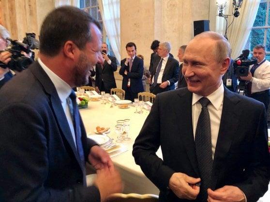 """Italia-Russia, Conte: """"Lavoriamo per superare le sanzioni"""". Putin: """"Roma ne parli con l'Ue"""""""