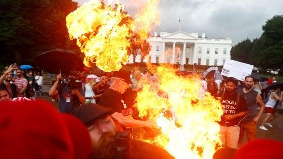 Usa, 4 luglio: Trump chiede unità. Violenti scontri davanti alla Casa Bianca, arresti per bandiera bruciata