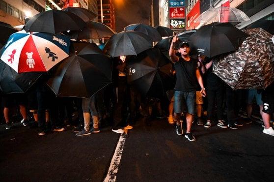 Hong Kong, nuova protesta anticinese. La polizia carica i dimostranti
