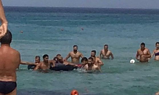 Turista si sente male in mare, lo salva Filippo Magnini