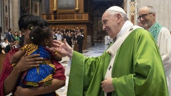 """Migranti, il Papa celebra la messa """"Per Dio nessuno è straniero"""""""