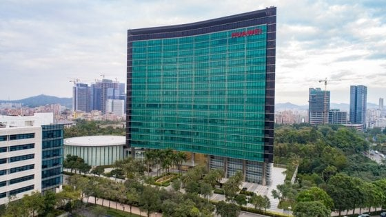 """Usa-Cina, ex militari fra i dipendenti Huawei. Il colosso: """"Congetture, controlliamo il passato di tutti i candidati"""""""