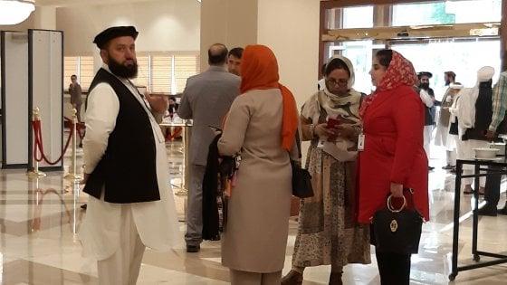 """Afghanistan, i talebani incontrano il governo e la società civile: accordo per una """"road map"""" di pace"""