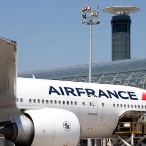 Rincari sui biglietti aerei fino a 18 euro: in Francia arriva la nuova eco-tassa