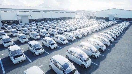 L'auto elettrica piace a tutti, ma pochi la comprano: preoccupano prezzo e autonomia