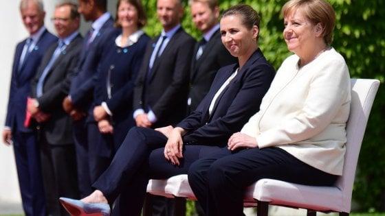 Merkel rimane seduta durante gli inni nazionali