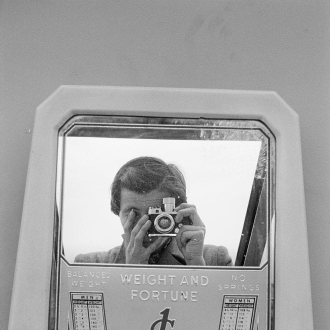 Gli scatti di Vivian Maier in mostra a Trieste. Nei suoi autoritratti, la firma di un talento riscoperto