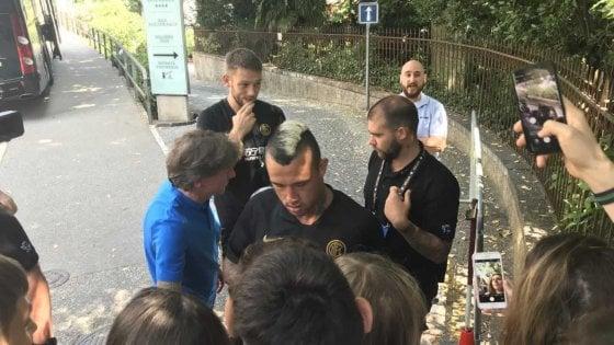 """Inter, in ritiro tifosi con Nainggolan: """"Resta a MIlano, ti siamo vicini"""""""