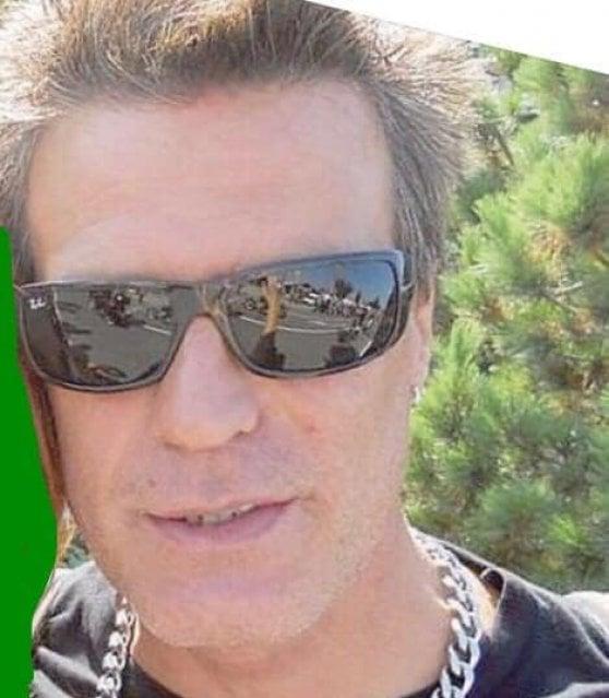 """Savona, """"Ti ricordi di me?"""": uomo uccide ex moglie durante karaoke in spiaggia. Caccia al killer in tutta Italia"""