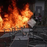 """Francia, polizia evacua """"con la forza"""" gli Champs-Elysees"""