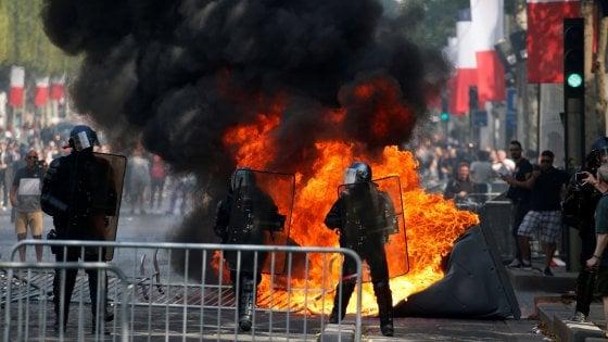 Parigi, scontri tra polizia e gilet gialli sugli Champs-Elysees: Macron fischiato alla parata del 14 Luglio