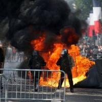 Parigi, scontri tra polizia e gilet gialli sugli Champs-Elysees: Macron fischiato alla...